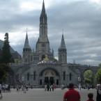 Descubre la ciudad de Lourdes durante una peregrinación turística o por un acto de Fe