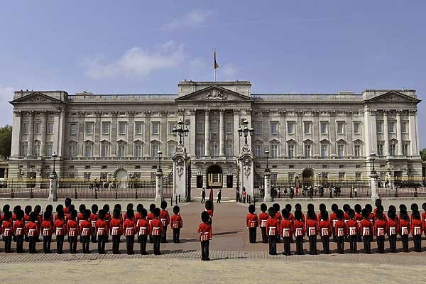 Especially interesting is to see the changing of the royal guard, which ends at Buckingham Palace