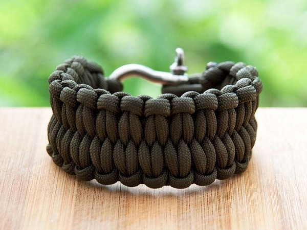 A parachute cord can be wound up in the form of a bracelet or a belt