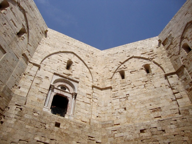 Castel del Monte gli studiosi hanno anche provato a comprenderne le sue possibili funzioni.